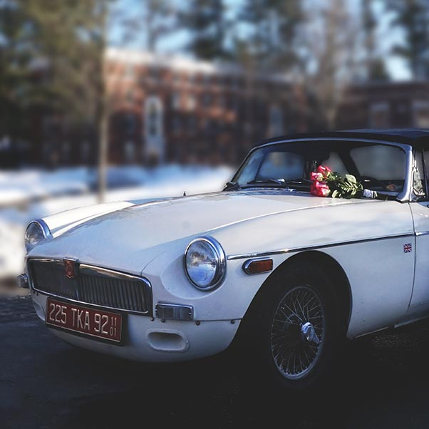 Photo of 1971 MGB car with a bouquet of roses on windshield | Photo © Sheila's Paradise Photography | sheilasparadisephotography.com